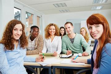 Studenten im Seminar arbeiten als Team