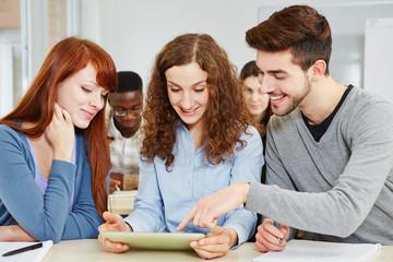 Studenten lernen am Tablet Computer