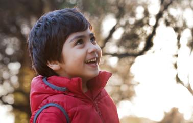 bambino nel bosco