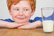 Junge mit Glas Milch