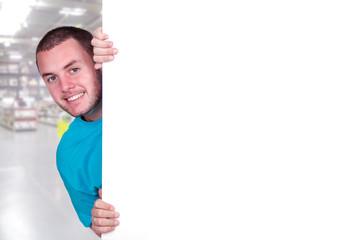 Jeune homme derrière un tableau blanc.