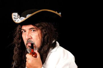 Homme habillé en pirate