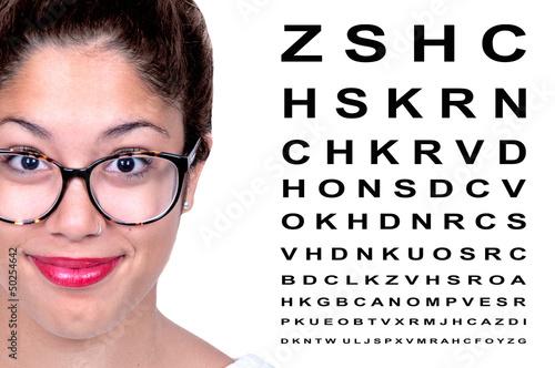 Jolie brune avec des lunettes.