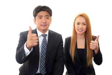 ガッツポーズのビジネスマンとオフィスレディー