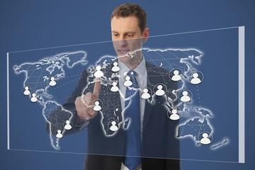 Geschäftsmann vor Weltkarte mit Netzwerk