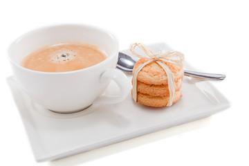heisser schwarzer kaffee mit hausgemachtem gebäck