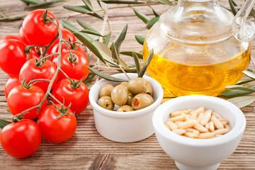 grüne oliven pinienkerne mit tomaten und olivenöl