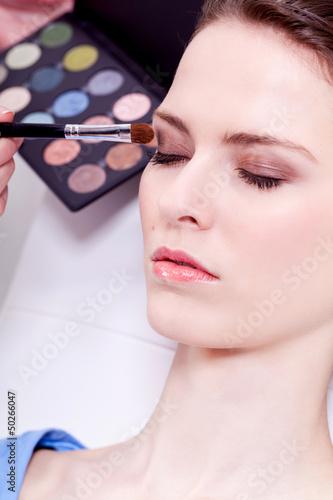 augen makeup mit braunem lidschatten portrait