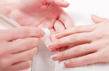 maniküre in einem nagelstudio