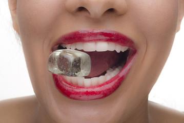 Schöner weiblicher Mund mit Eiswürfel