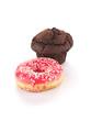 Schokoladen-Cupcake und ein pinkfarbener Donut