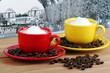 Caffè macchiato con tazzine colorate