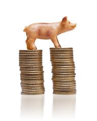 Schweinchen Figur auf Euro Münzstapeln