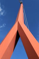 Un mat orange se dresse dans le ciel
