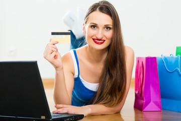 Eine junge Frau bestellt über das Internet