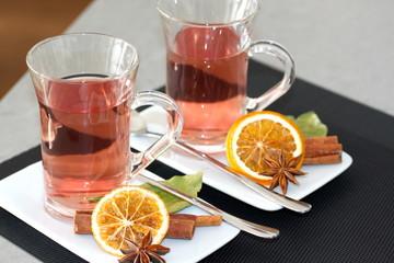 2 Gläser Früchtetee mit Orangenscheiben + Gewürzen