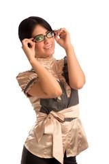 Joven mujer sosteniendo sus anteojos