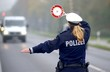 Leinwanddruck Bild - Polizei bei Geschwindigkeitskontrolle
