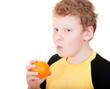 Мальчик пьет апельсиновый сок