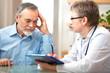Leinwanddruck Bild - Ärztin berät einen älteren Patienten