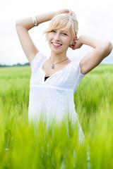 blonde hübsche frau in der natur