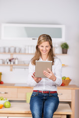 frau mit tablet in der küche