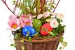bepflanzter Korb mit Ostereiern