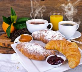 Leckeres Frühstück mit latte macchiato und Croissants