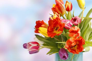 Bunter Frühlingsstrauss in blauer Vase