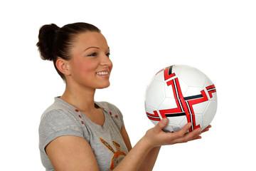 Dziewczyna uśmiechnięta z piłką do gry.
