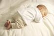 Schlafender Baby Junge Barfuß