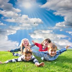 Lachende, zufriedene Kinder