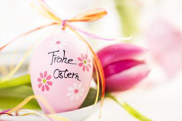 Osterdekoration Osterei mit Tulpe