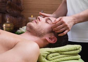 Mann wird massiert - Schmerztherapie - Migräne