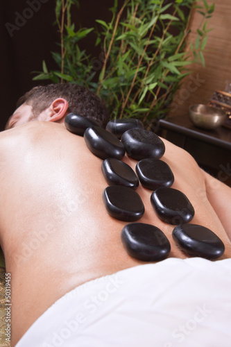 Mann bei der Hot-Stone-Massage