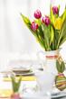 Gedeckter Osterfrühstückstisch mit Tulpen