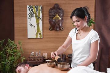 Mann bei der Klang-Schalen-Massage