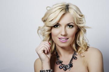Portret pięknej blondynki w idealnym makijażu