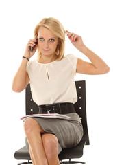 Frau posiert im Büro