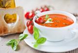 Fototapety frische tomatensuppe und knuspriges toastbrot