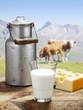 Milchkanne mit Käse