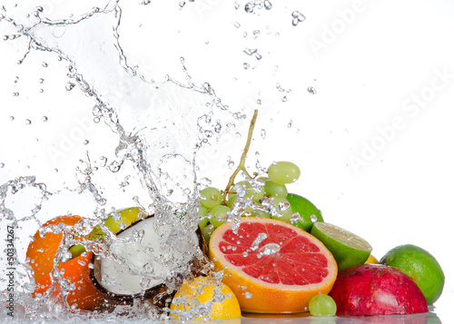 In de dag Opspattend water Fresh fruits with water splash isolated on white