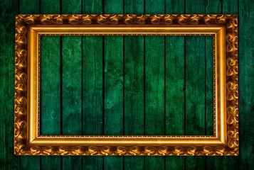 Alter goldener Bilderrahmen auf Holzwand