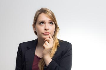 Junge Geschäftsfrau grübelt nach