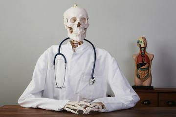 skelett als arzt mit stethoskop und kittel