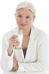 Femme senior buvant du lait