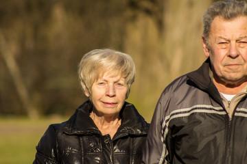 Senioren im Herbst/Frühjahr beim Spaziergang in Natur