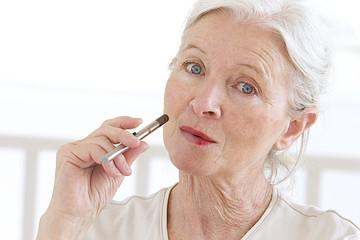 Femme senior -  Cigarette électronique