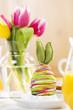 Gedeckter Osterfrühstückstisch