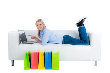 junge frau shoppt von zuhause aus im internet